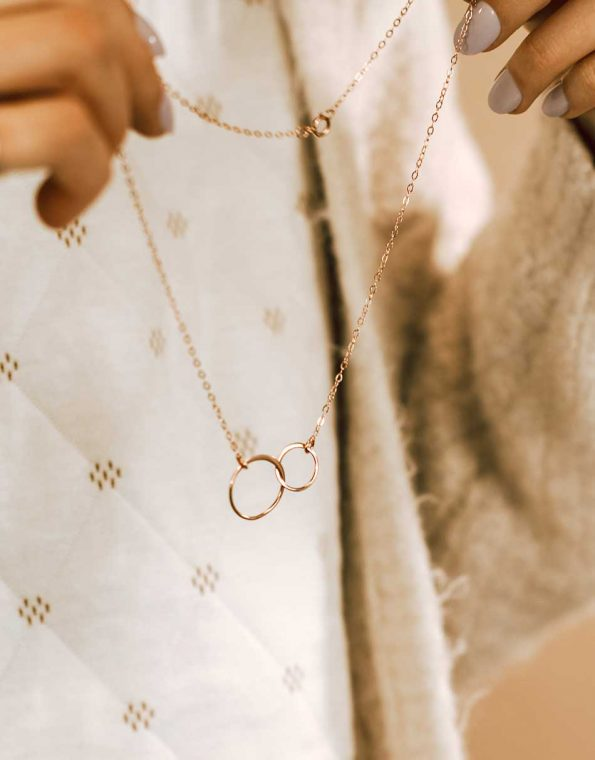 forever-connected-rose-gold-necklace-model